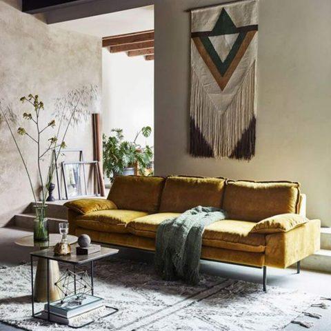 salon avec tapis berbere et canapé jaune 3 places