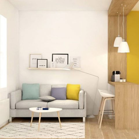 canapé gris clair avec des coussins de couleurs
